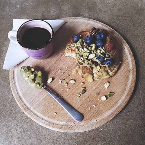 Pistage topping till kaffe och bulle