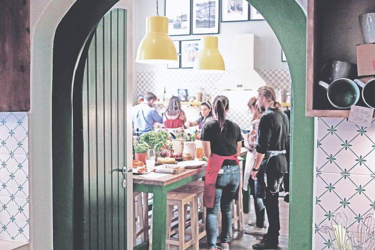 Due Roslagsgatan kök med gäster