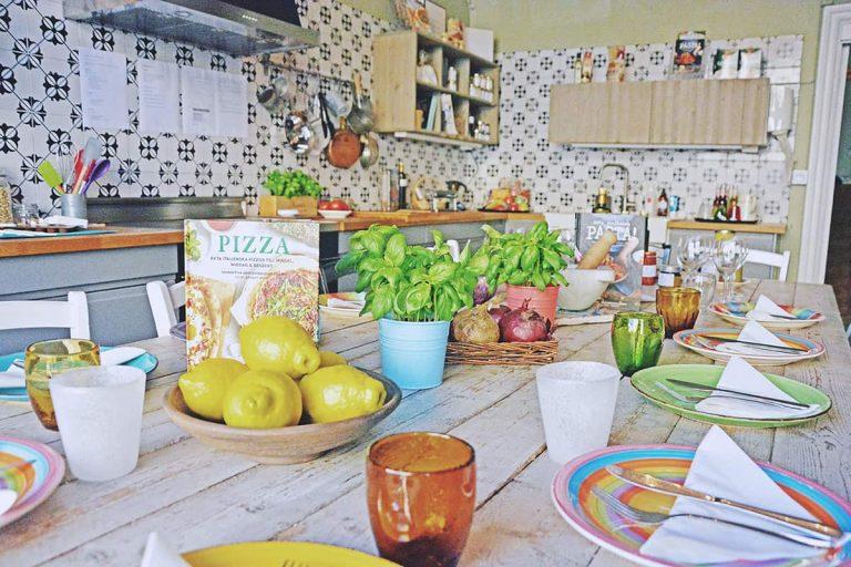 Uno Karlbergsvägen kök uppdukat för gäster