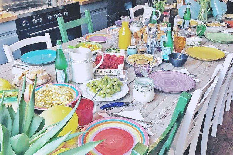Uno karlbergsvägen lokalen dekorerad och gäster som lagar mat