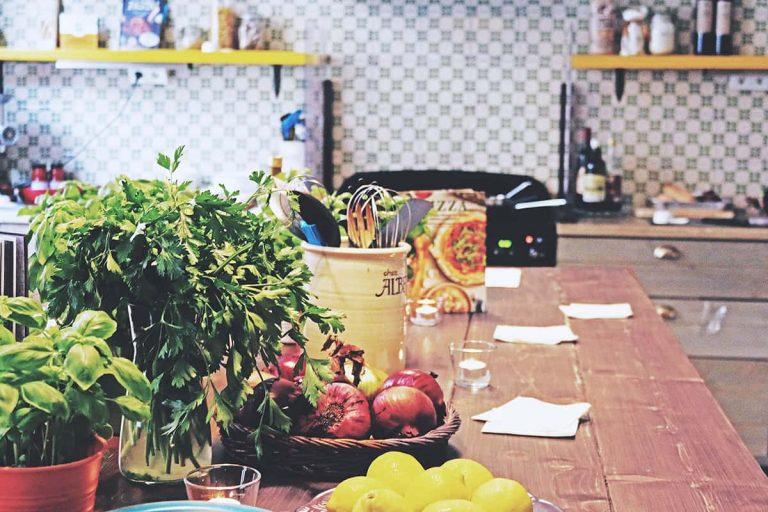 due Roslagsgatan kök med färska råvaror som citron basilika persilja