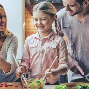 familj i köket med barn