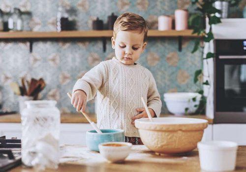 Privat sällskap barnkalas där barnen gör egen glass