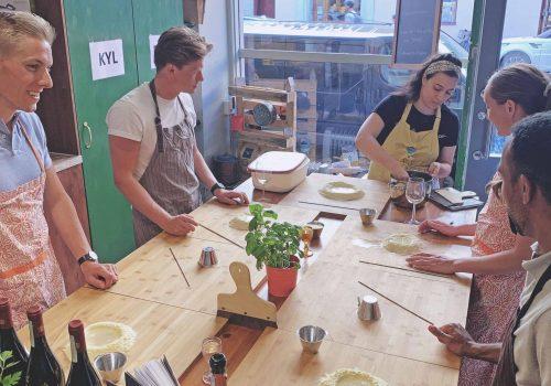 Team building med kollegorna bakar pasta